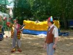 Clown Gino Pepino (links), Hüpfburg und Bastelstraße für die Kinder